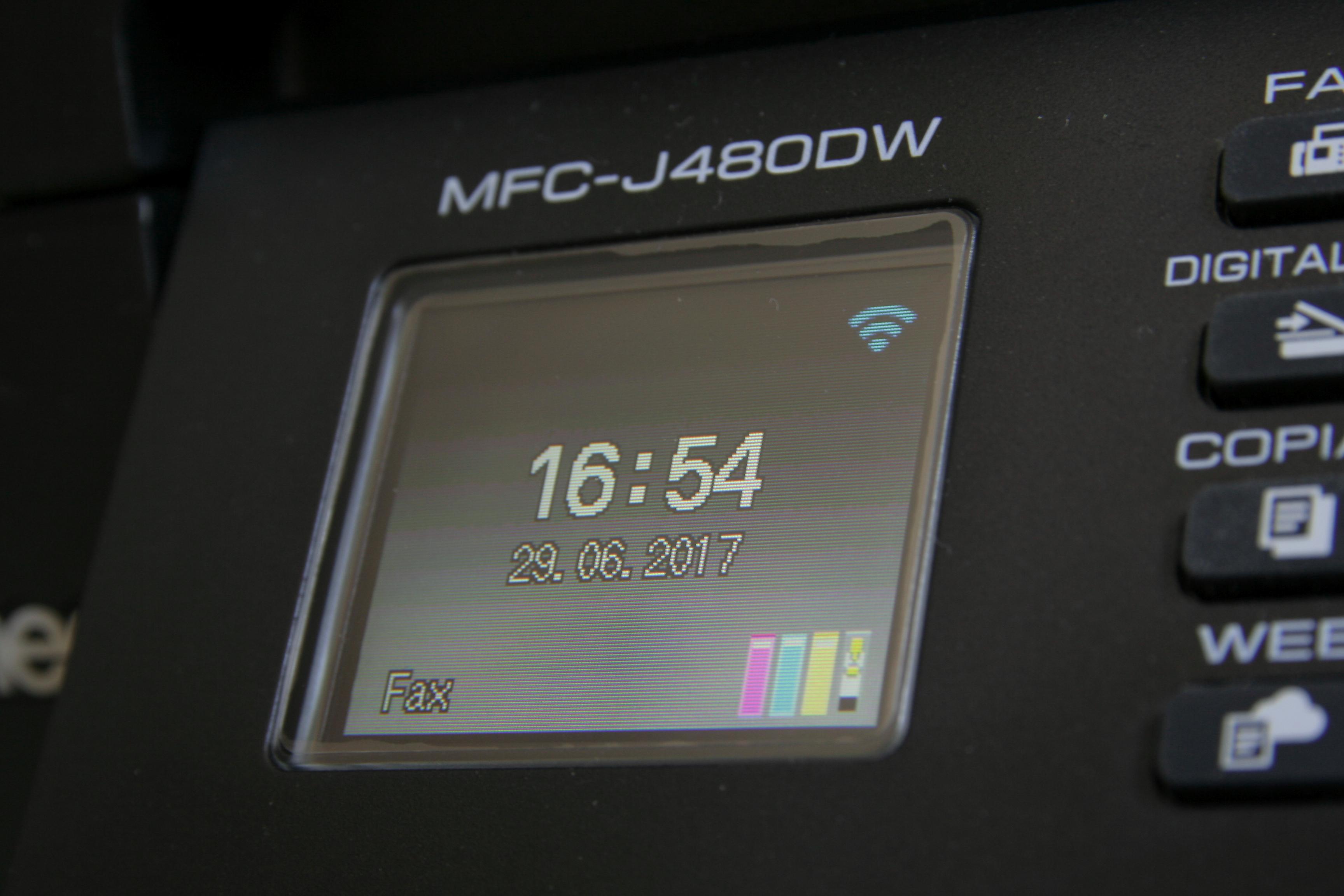 Detalle de la pantalla de la impresora Brother mostrando un mensaje de tinta negra baja